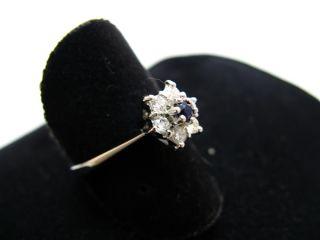 R778 585er 14kt Weißgold Ring mit einem kleinen Saphir und Brillanten