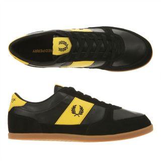 Modèle B204. Coloris  noir et jaune. La basket griffée Fred Perry
